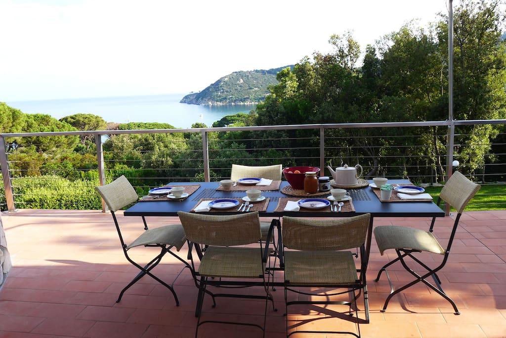 tavola da pranzo in terrazzo