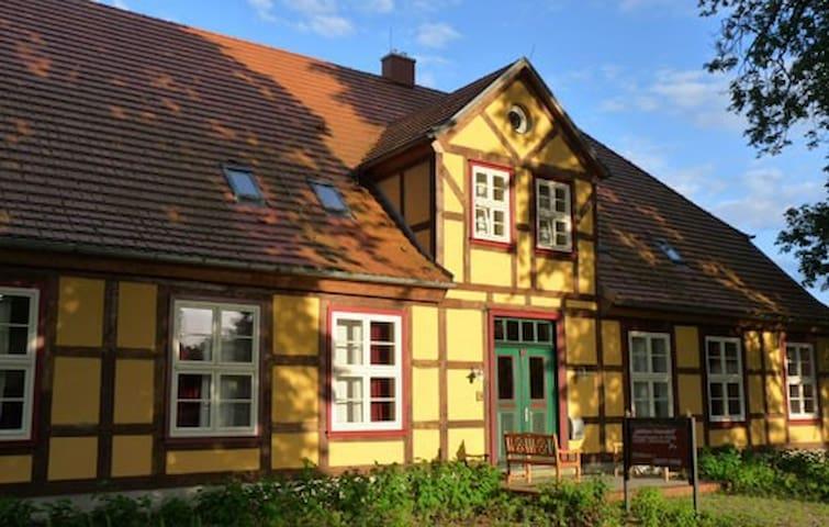 Gutshaus Neuendorf - Studiowohnungen 8a / 8b
