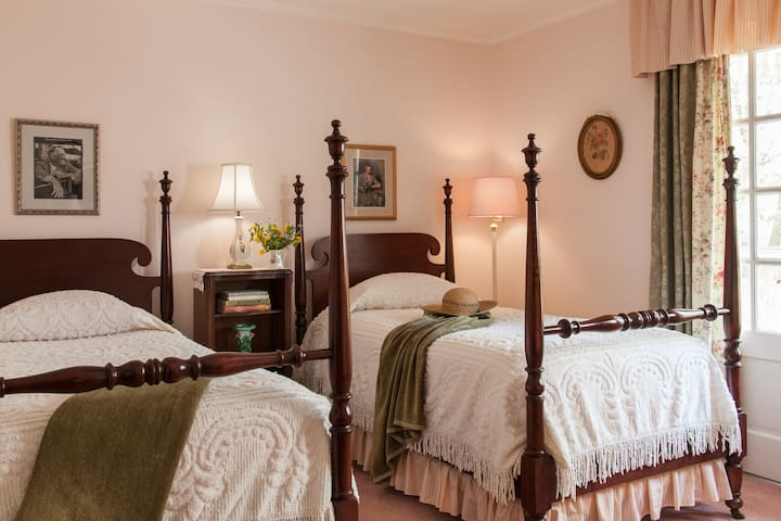 Roosevelt Room - Journey Inn Bed & Breakfast