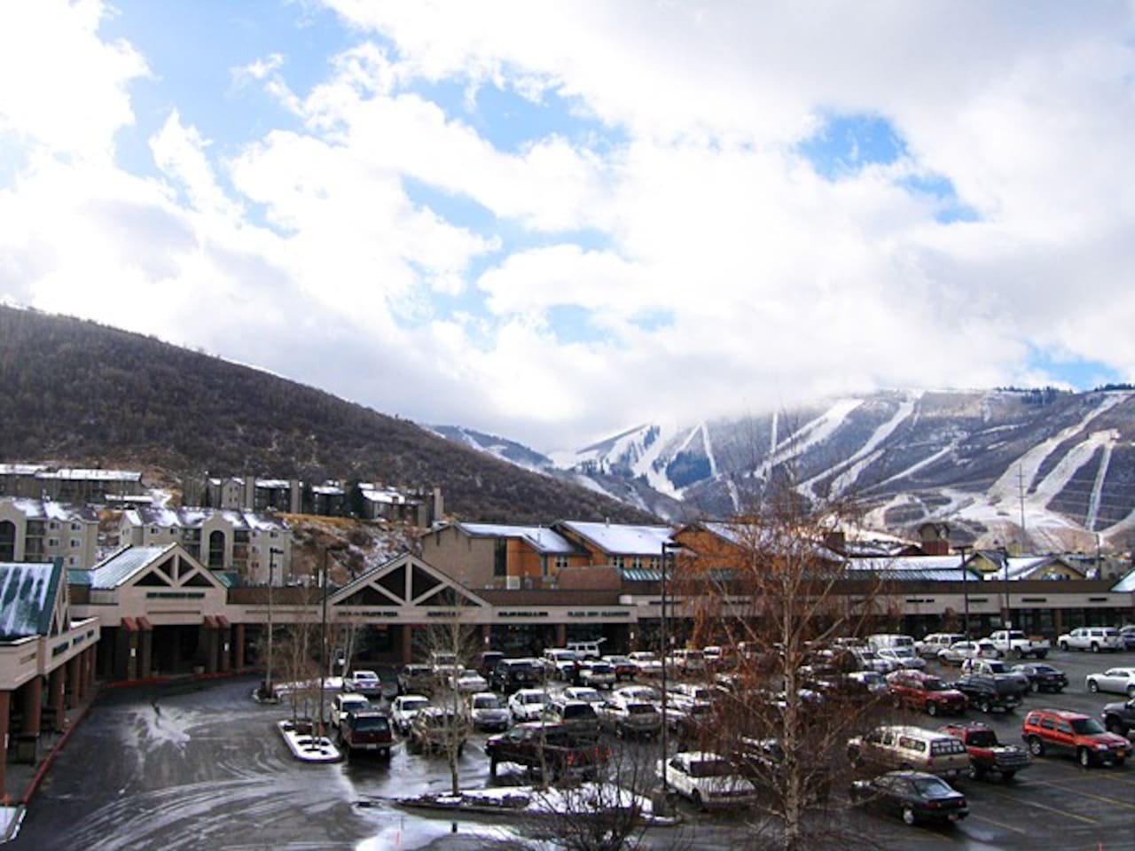 Perfect location for seasonal skiing and snowboarding!!  Only a few minutes from Main street, the shopping Outlets, Wholefoods and other grocery stores. Minutes away from local restaurants,  breweries, and shopping. Also home of the Annual Sundance Film Festival. Only   20-30 min away from downtown Salt Lake City.