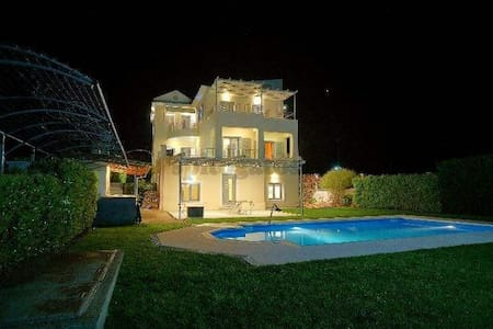 Private Luxury villa in the green - Chalazoni
