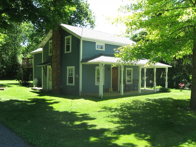comfortable, charming 1870's home - Sharon - Hus