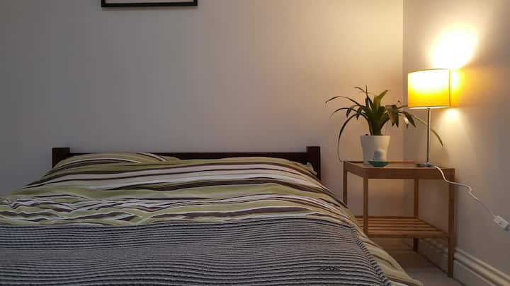 Central Stroud Flat Guest Room