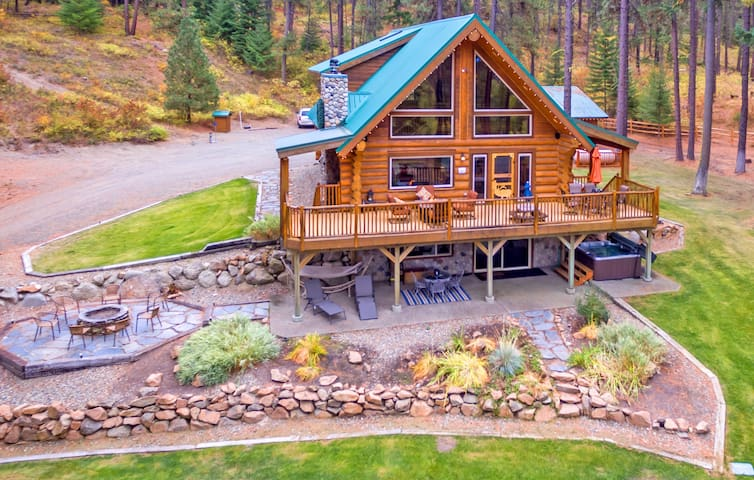 Tall Pines-Picturesque Log Cabin on 5 Private Acres!  Hot Tub * Large Yard * WiFi