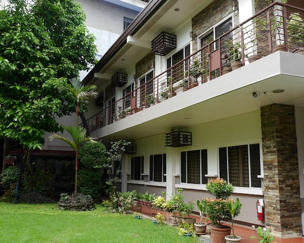 Freesia at New Manila Suites - A Full Service BnB - Quezon City - Bed & Breakfast
