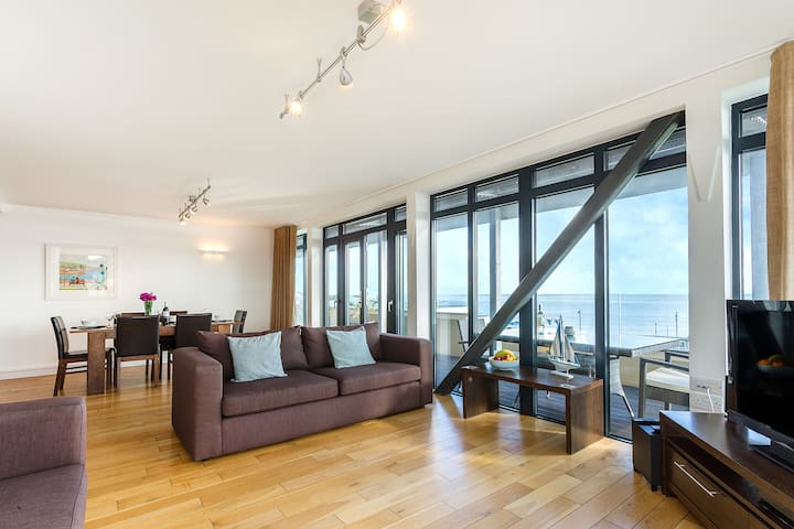 Penthouse 1 - Beachfront - Panoramic Sea Views