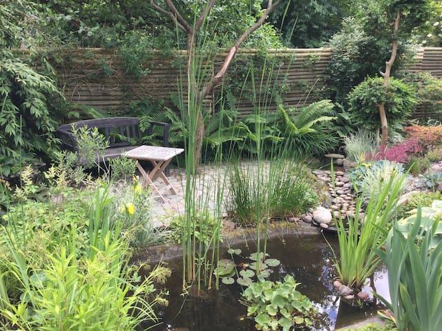 Cosy room, private bath, tea kitchen and garden.
