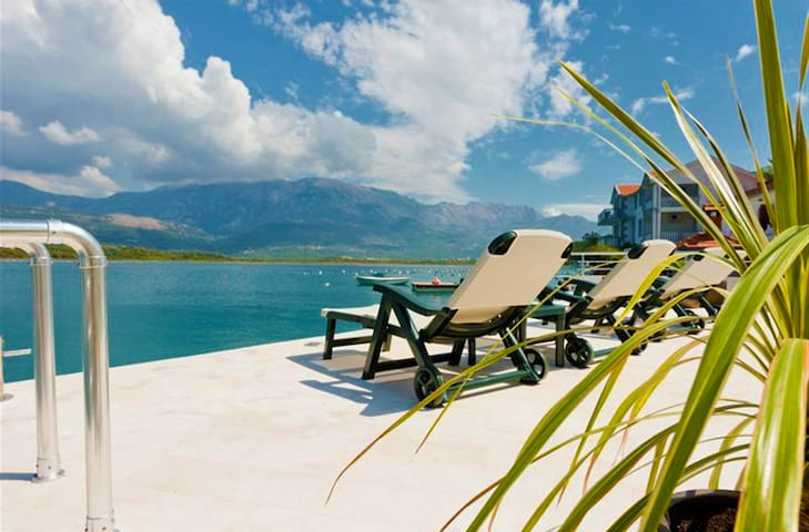 BEACHFRONT - Nice apartment with private beach - Tivat - Pis