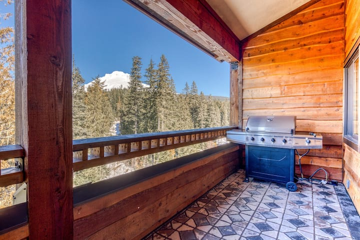 Penthouse condo w/mountain views & shared pool/hot tub - close to ski access!