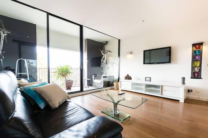 ★ST KILDA LIVING★ Spacious 1BD | Balcony | Parking