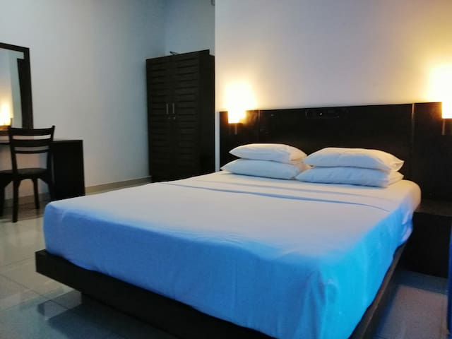 Budget Room AC/Hot Water/wifi/200m beach/City-Mars