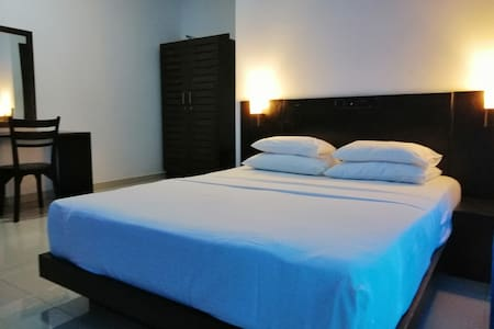 Luxury Budget Room AC/wifi/Balcony/HotWater
