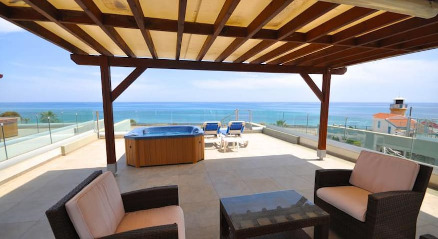 360° SEE VIEW apartment with jacuzzi on the roof - Perivolia - Leilighet
