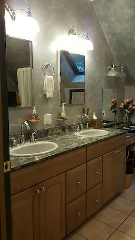 Beautiful King suite!NonSmokingJacuzzi/Privat entr