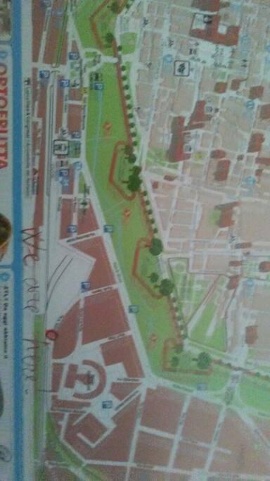 ci troviamo a sette minuti dalla stazione, a quattro dal centro stor6c