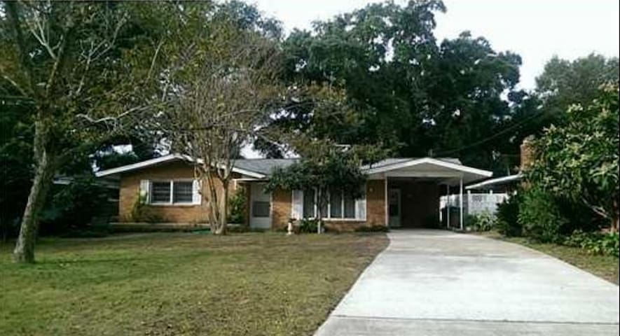 Private, remodeled 2 bd 2 bth. Steps to the beach! - Biloxi - House