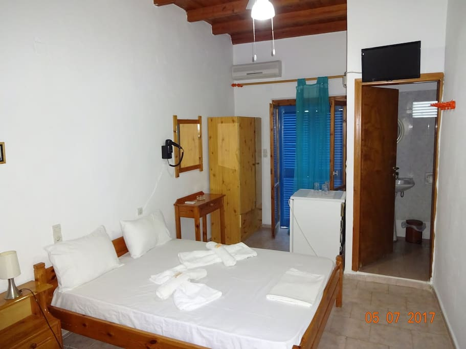 Double Room (2 pax) with private bath, balcony sea view, a/c, and TV Δωμάτιο με διπλό κρεββάτι, μπάνιο, μπαλκόνι θέα θάλασσα, a/c και TV