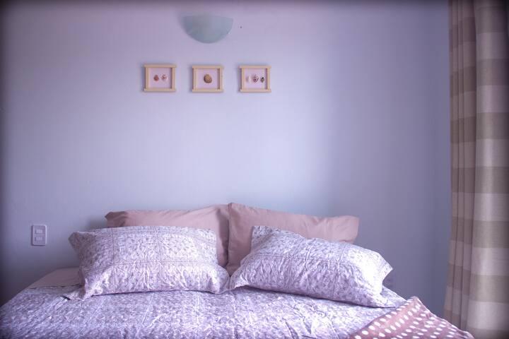 Suíte com cama de casal, roupas novinhas e cheirosas. Fornecemos toalhas. O conchão é confortável!