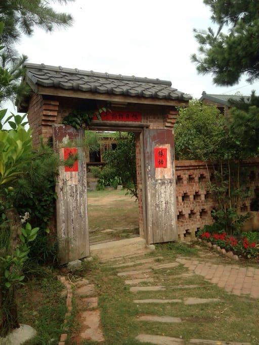 房間位於充滿中式古典懷舊風情的景觀生態園區內