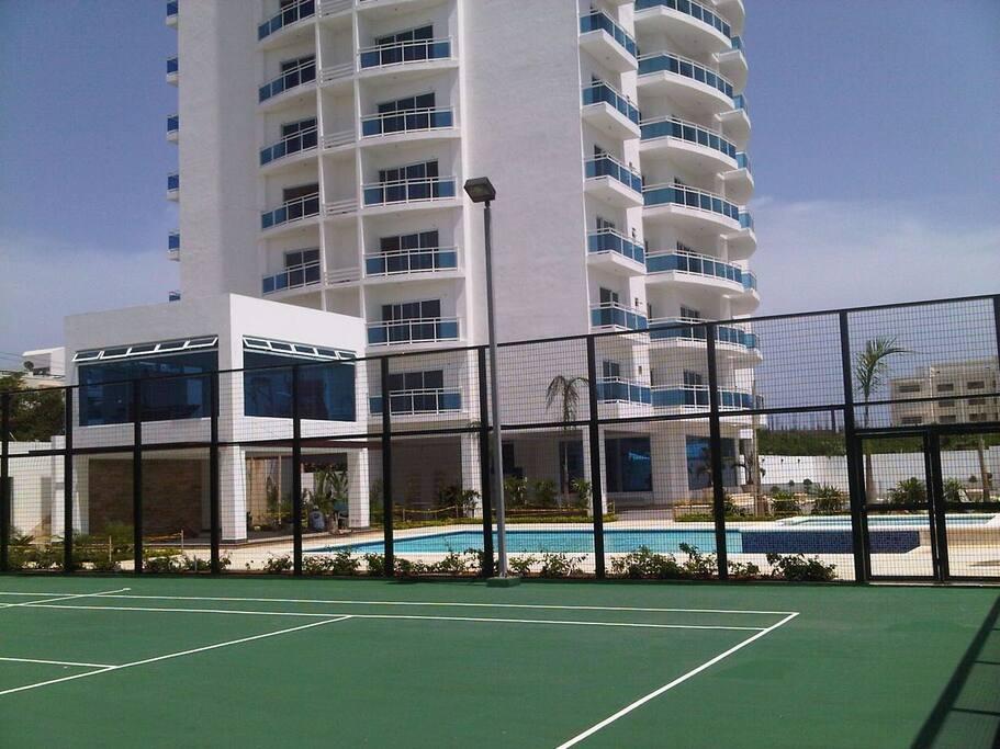 Aqui se ve la cancha de tennis,el area de piscina y la majestuosa torre que espera por ustedes.