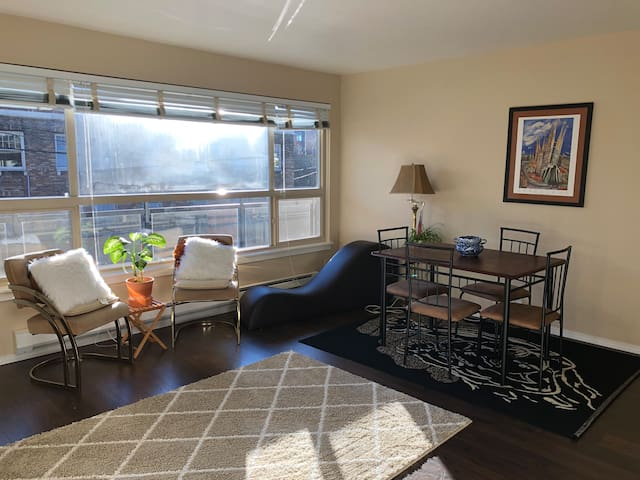 Simple living in Capitol Hill + free parking spot