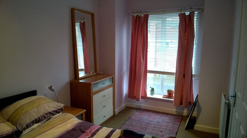 Comfy Double Bed, WiFi and Private Bathroom - Bromsgrove - Huis