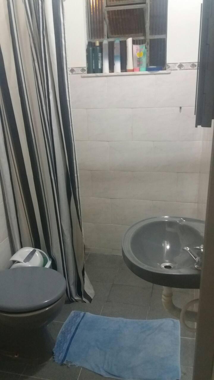 Colchão no chão, ar condicionado, banheiro.
