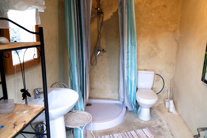 Hot shower and toilet nearby