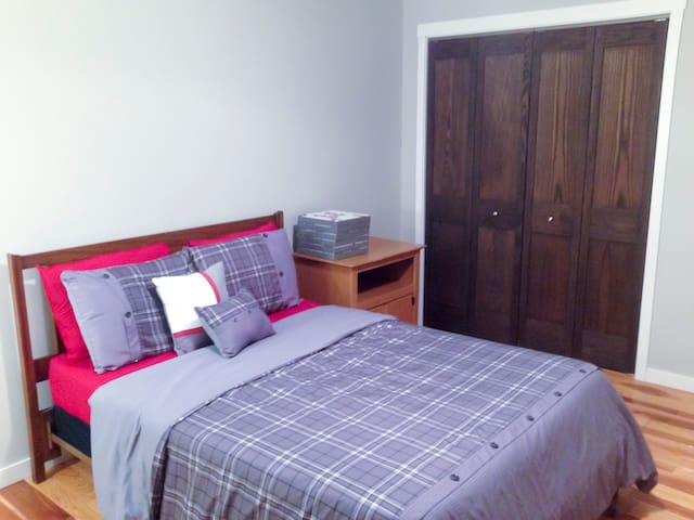 """The """"Red Room"""" in Large Ranch - Newburgh - Hus"""