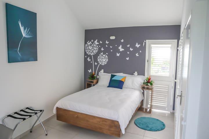 Chambre étage 1 avec lit double et dressing