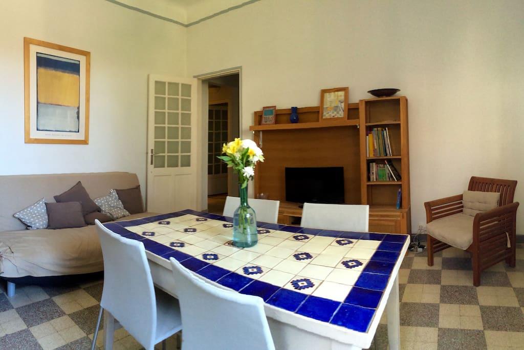 La pièce à vivre, lumineuse, avec un clic clac et une très belle vue sur le jardin