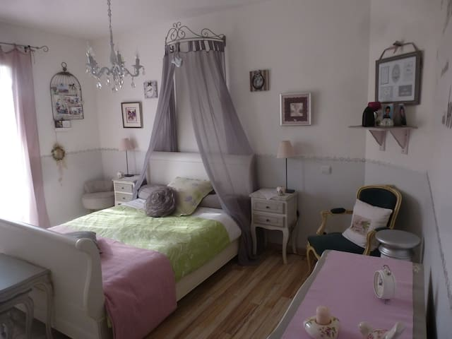Chambre romantique dans maison en campagne