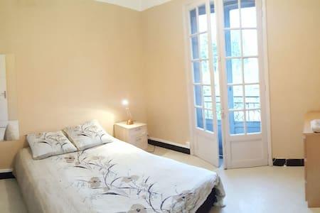 Chambre avec balcon proche d'Avignon - Sorgues