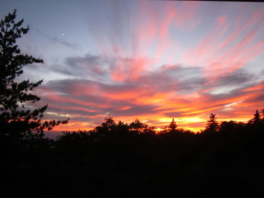 "Amazing Sunsets and Views at ""Paradise Pines Retreat"", a PRIVATE CABIN"
