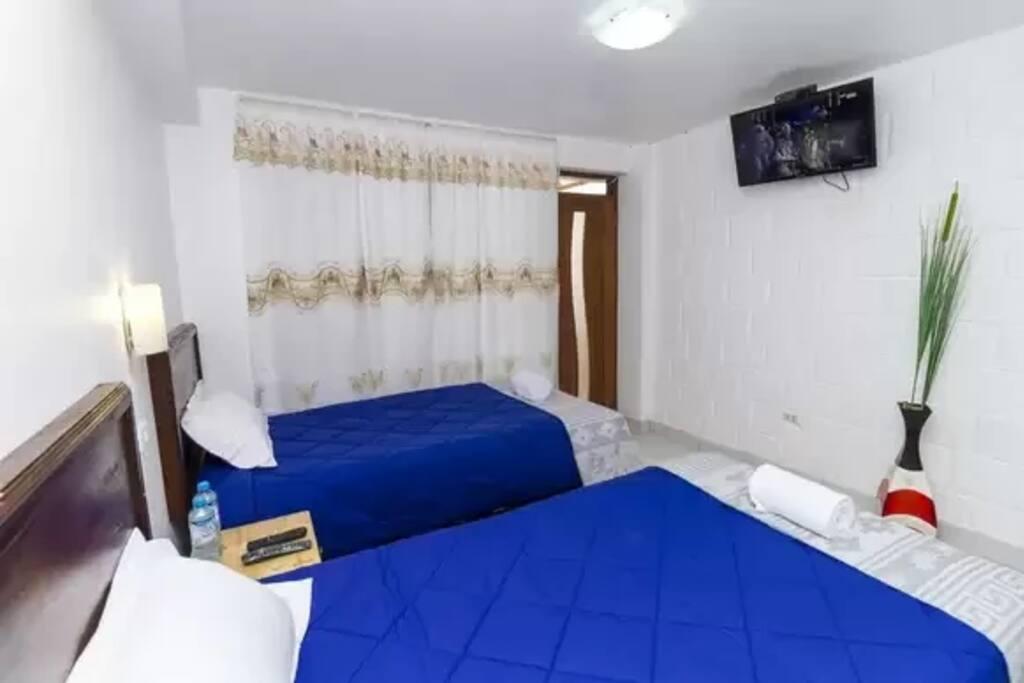 Habitacion doble dos camas de plaza y media capacidad de habitacio 2 personas baño privado, ducha caliente, tv cable, wifi gratuito todo el dia