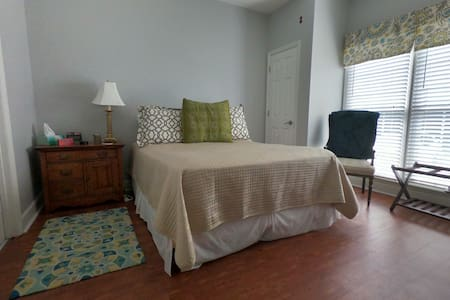 Private Room/Bath Queen Bed Near Auburn University