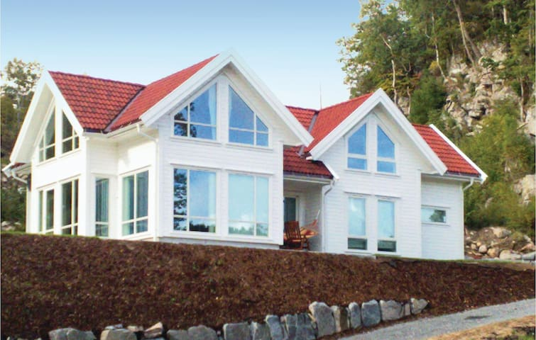 Holiday cottage with 4 bedrooms on 180m² in Lindesnes