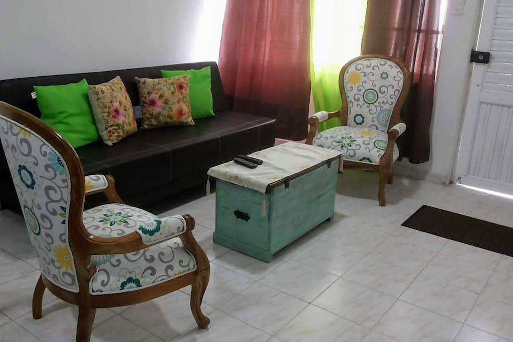 Vista de la Sala, Con muebles nuevos.-