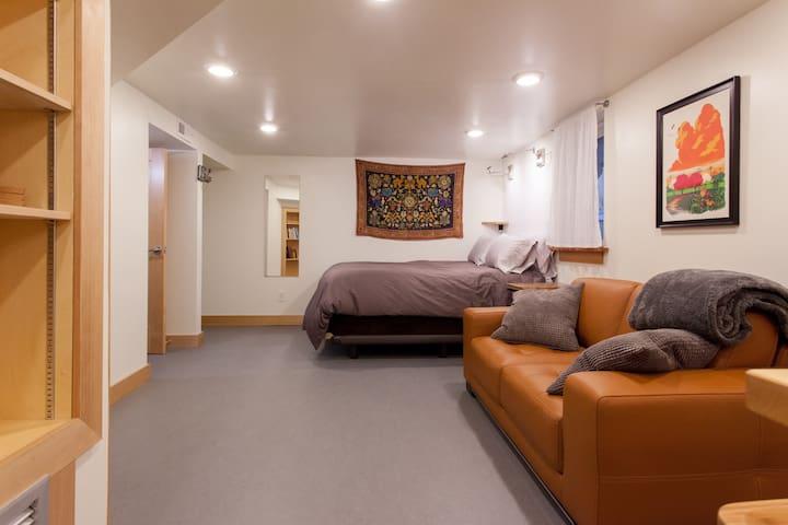 Artsy studio in prime inner SE