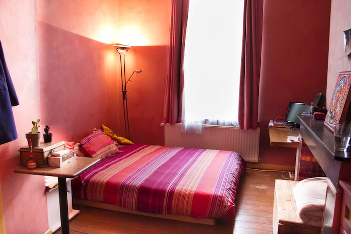 Nice room in a big house really well located - Saint-Gilles - ทาวน์เฮาส์