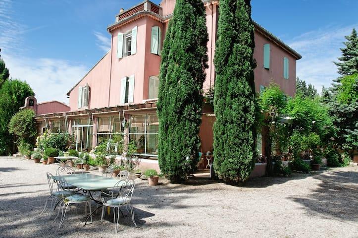 Green Room, Domaine de St Veran - Orgon - Bed & Breakfast