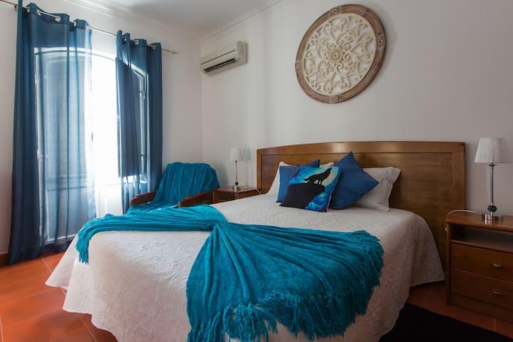 Quarto cama casal com varanda