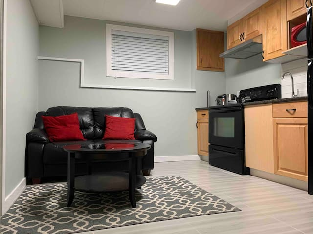 Cozy home in central location near skytrain+buses.