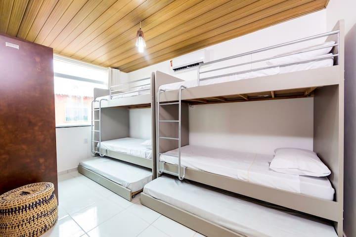 Suíte de solteiro com 6 camas e ar condicionado Split.
