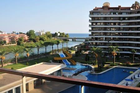 Riverside resort luxury apt - Pis
