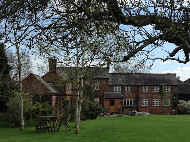Twin bedroom in village farmhouse central Midlands - Leicestershire - Casa