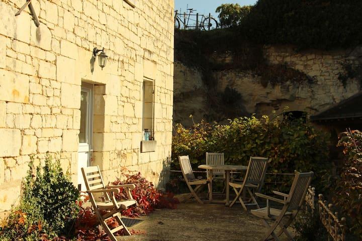 Maison atypique en tuffeau - Saint-Georges-des-Sept-Voies