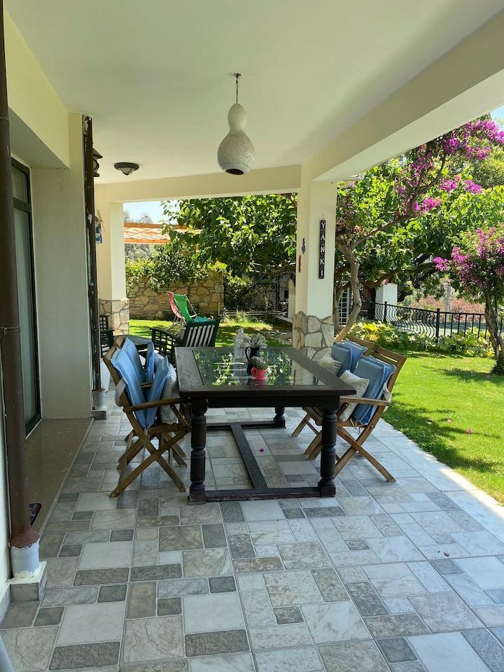 Müstakil bahçe ve teraslı huzurlu ve şık daire