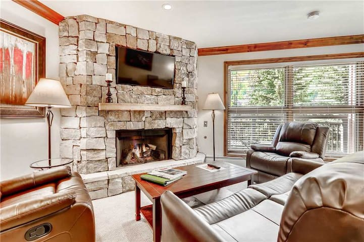 Mountain view condo w/ ski-in/ski-out access – on-site pool and hot tub