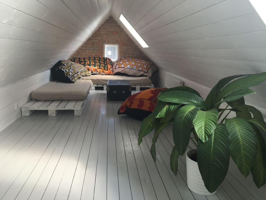 Vindsrum med två sängplatser (90 cm och 120 cm)